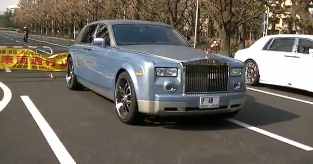 Un conjunto de Rolls Royce tuneados adornan una calle de Tokio