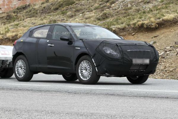 Alfa Romeo CXover SUV pillado infraganti