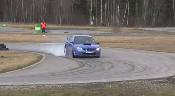 Video: Subaru STI saltando sobre barriles