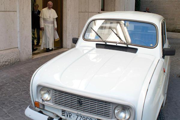 Y el nuevo papamóvil es un Renault 4