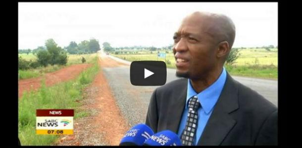 Cómo pegársela en directo mientras hacen un reportaje sobre el mal estado de la carretera