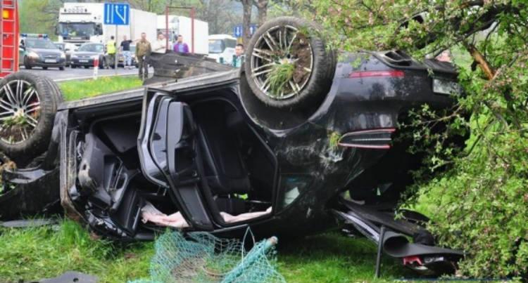 Porsche Macan volcado tras accidente con Audi A4 Avant