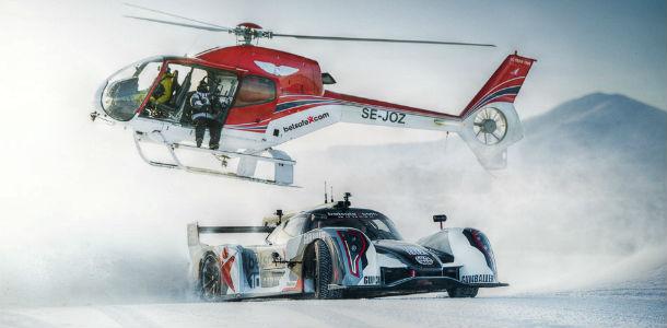 Derrapando sobre la nieve con un superdeportivo