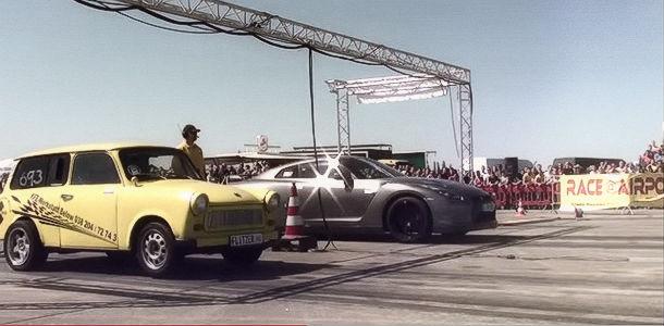 Un GT-R perdiendo una Drag Race frente a un Trabant